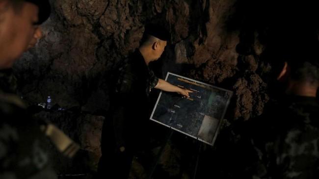 Mereka diyakini merangkak masuk ke gua melalui celah sempit sepanjang 15 meter. (REUTERS/Soe Zeya Tun)