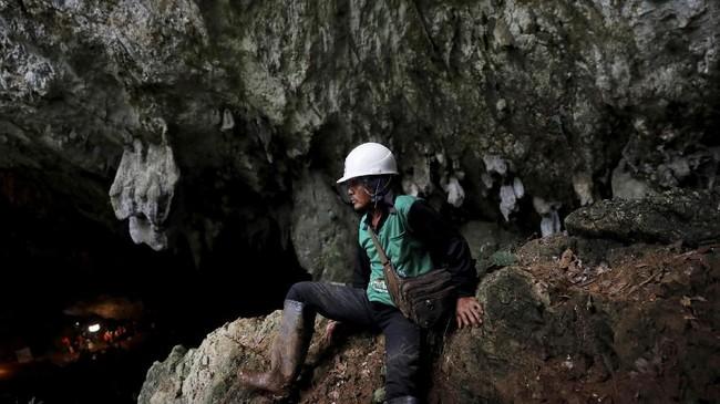 Petugas berupaya mengeringkan genangan dengan menggunakan pompa, setelah hujan mengguyur jalur yang menghubungkan gua. (REUTERS/Soe Zeya Tun)