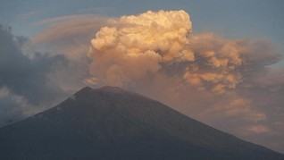 Gunung Agung Erupsi, Tinggi Kolom Abu 2.000 Meter