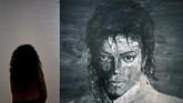 Seorang pengunjung melihat karya Yan Pei-Ming yang bertajuk 'In Memory of Michael Jackson 1958-2009'. (REUTERS/Toby Melville)