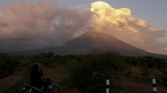 Airnav menyampaikan abu Gunung Agung mulai erupsi sejak Rabu (27/6). (Reuters/Johannes P. Christo)