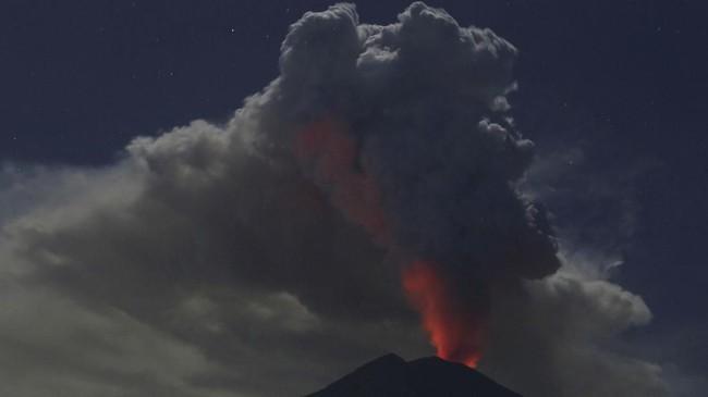 Stasiun Meteorologi Kelas I Ngurah Rai Denpasar mencatat status vulkanologi untuk penerbangan (VONA) Gunung Agung mulai terlihat berwarna oranye pada Kamis (28/6) pukul 16.00 WITA. (Reuters/Johannes P. Christo)