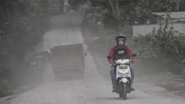 Dampak Erupsi Gunung Agung, Hujan Abu Selimuti Sejumlah Desa