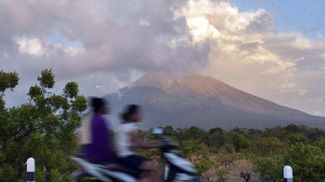 Sementara itu, erupsi Gunung Agung dengan ketinggian asap dan abu mencapai 2.000 meter menyebabkan kawasan barat daya berstatus siaga terpapar abu vulkanis. (Antara/Nyoman Budhiana)