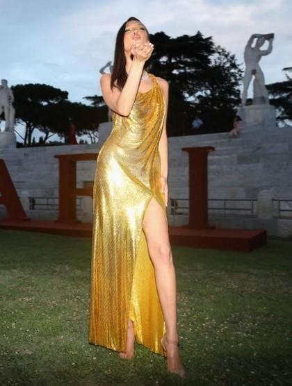 Lily Aldridge Vs. Bella Hadid di Red Carpet Bvlgari, Siapa Paling Seksi?