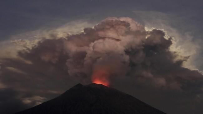 Gunung Agung kembali mengeluarkan abu vulkanis pada Jumat (29/6). Foto terlihat dari Kubu, Karangasem, Bali. (Reuters/Johannes P. Christo)