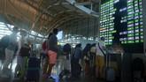 Penumpang mencari informasi jadwal penerbangan setelah terjadinya aktivitas vulkanik Gunung Agung di Bandara Ngurah Rai, Bali, Jumat (29/6). Menurut Direktorat Jenderal Perhubungan Udara, sekitar 74.928 penumpang terdampak penutupan bandara. (Antara/Wira Suryantala)