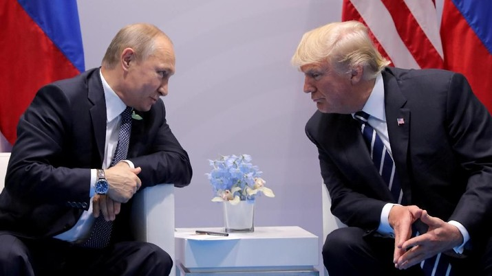 FILE PHOTO: Russia's President Vladimir Putin talks to U.S. President Donald Trump during their bilateral meeting at the G20 summit in Hamburg, Germany, July 7, 2017.  REUTERS/Carlos Barria//File Photo