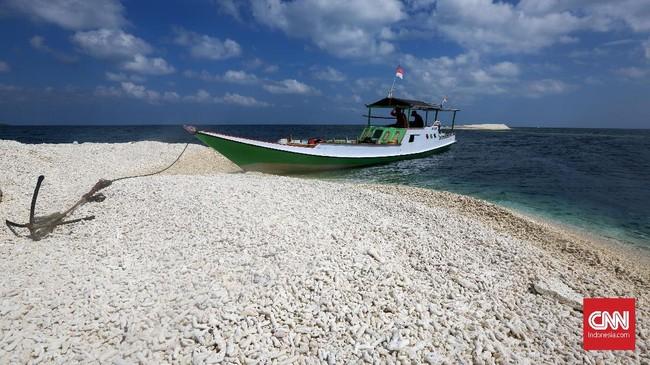 Makam Karang menawarkan pasir karangputih dan air laut yang bening. Untuk sampai ke tempat ini, turis bisa menyewa perahu dari Desa Appatanah yang berjarak 45 kilometer dari Kota Benteng lalu menyeberang menggunakan perahu dengan jarak tempuh 30 menit.