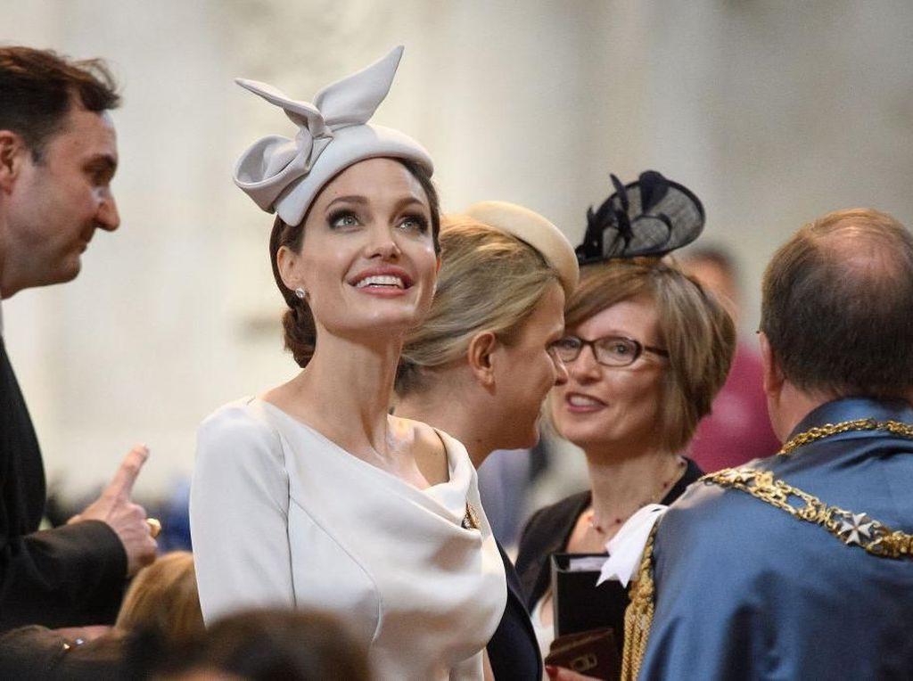 Foto: Penampilan Cantik Angelina Jolie Bergaya ala Meghan Markle