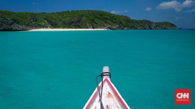 Air laut bening yang berwarna hijau toska menjadi pemandangan indah di Pulau Bahuluang, Selayar. Saat musim angin timur, pantai di pulau Bahuluang tidak terdampak, air laut tetap tenang sehingga turis bisa berenang dengan santai.