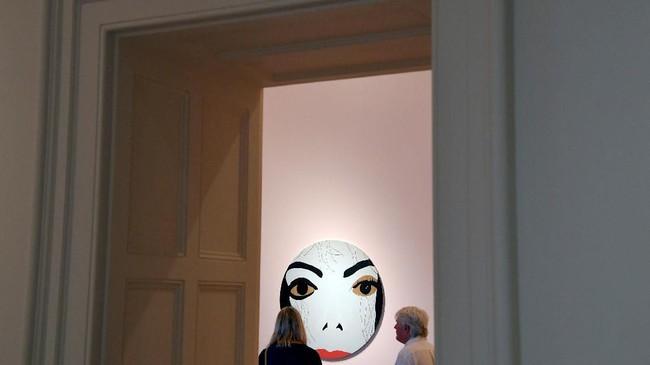 Pameran tersebut berlangsung sejak Kamis (28/6) hingga 21 Oktober mendatang National Portrait Gallery, London. (REUTERS/Toby Melville)