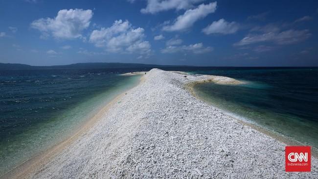Makam Karang merupakan pulau yang terbentuk oleh patahan karang yang mati dan terbawa arus sungai sehingga membentuk pulau kecil di tengah lautan. Bentuk pulau ini akan berubah setiap musim (angin barat dan timur).