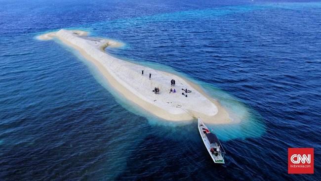 Penampakanpulau kecil di tengah laut Kepulauan Selayar yang disebut Makam Karang terlihat seperti paus. Kabupaten Kepulauan Selayar terletak di Provinsi Sulawesi Selatan, Indonesia. Ibu kotanya bernama Kota Benteng. Di sini ada beragam wisata bahari yang bisa dijajal turis.