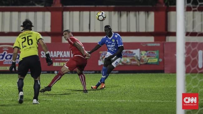 Pemain depan Persib Bandung Ezechiel Ndouasel gagal menyarangkan bola dan menambah dafar gol di Liga 1 2018. (CNNIndonesia/Adhi Wicaksono)