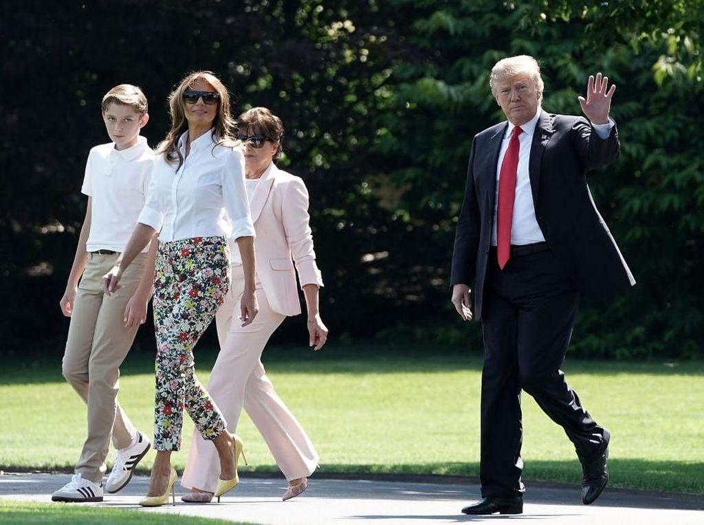 Foto: Intip Gaya Liburan Melania Trump yang Tetap Elegan