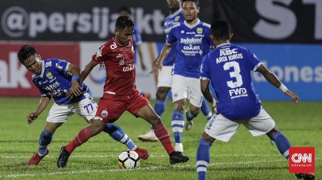 Laga tunda Liga 1 2018 antara Persija Jakarta dan Persib Bandung berlangsung di Stadion Perguruan Tinggi Ilmu Kepolisian (PTIK), Jakarta, Sabtu (30/6). (CNNIndonesia/Adhi Wicaksono)