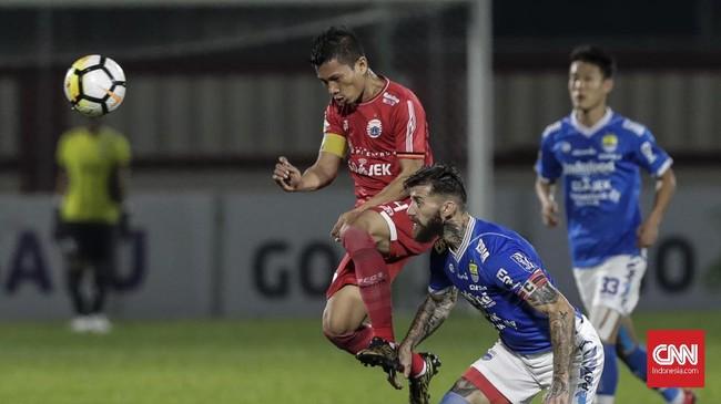 Pemain senior Persija Jakarta Ismed Sofyan berebut bola dengan bek asing Persib Bandung Bojan Malisic. (CNNIndonesia/Adhi Wicaksono)