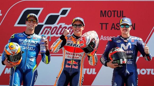 Marc Marquez berdiri di podium tertinggi MotoGP Belanda. Alex Rins dan Maverick Vinales ada di peringkat kedua dan ketiga. (REUTERS/Yves Herman)