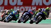 Valentino Rossi juga sempat berada di posisi terdepan untuk sesat namun kemudian harus kehilangan posisi tersebut. (REUTERS/Yves Herman)