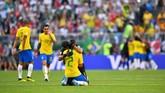 Kiper Alisson Becker dan bek Thiago Silva merayakan kemenangan atas Meksiko. Brasil menunjukkan permainan indah saat mengalahkan Meksiko. (REUTERS/Dylan Martinez)