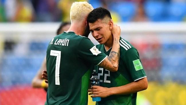 Dua pemain Meksiko Hirving Lozano dan Miguel Layun terlihat kecewa setelah dikalahkan Brasil 0-2 di babak 16 besar Piala Dunia 2018. (REUTERS/Dylan Martinez)