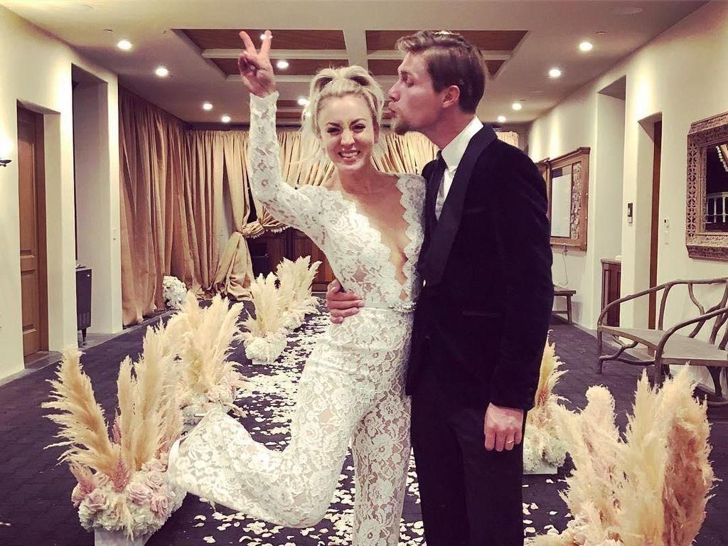 Menikah, Aktris The Big Bang Theory Tampil Stylish dengan Jumpsuit Lace