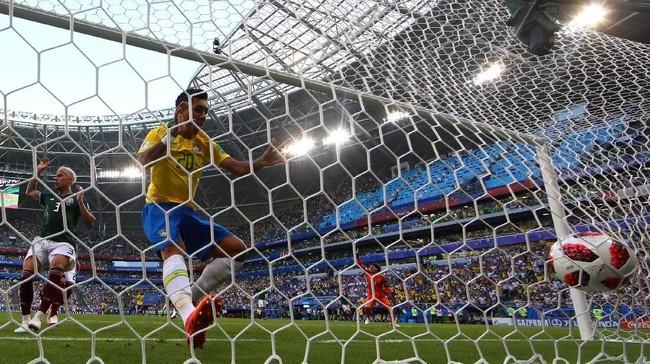 Brasil kemudian menggandakan keunggulan melalui gol Roberto Firmino pada menit ke-88 setelah meneruskan bola yang diblok Guillermo Ochoa hasil tendangan Neymar. (REUTERS/Michael Dalder)