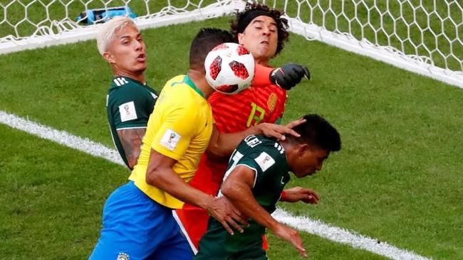 Penampilan impresif ditunjukkan kiper Meksiko Guillermo Ochoa yang melakukan delapan penyelamatan penting saat melawan timnas Brasil. (REUTERS/David Gray)