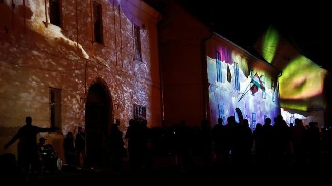 Zsolnay Light Festival menawarkan petualangan budaya berupa pertunjukan jalanan, konser, dan proyeksi cahaya di sejumlah lokasi bersejarah di kota Pecs.(REUTERS/Bernadett Szabo)