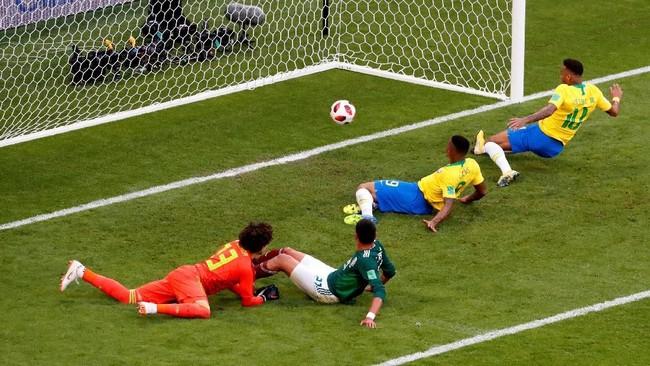 Gawang Guillermo Ochoa akhirnya bobol pada menit ke-51 setelah Neymar berhasil memanfaatkan umpan silang Willian. (REUTERS/David Gray)