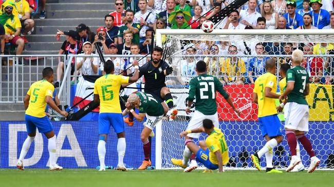 Timnas Brasil mendapat perlawanan sengit dari Meksiko pada laga yang digelar di Samara Arena. Kiper Alisson Becker sempat beberapa kali harus bekerja keras untuk mengamankan gawangnya di babak pertama. (REUTERS/Dylan Martinez)