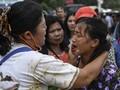 FOTO: Asa Keluarga Korban Sinar Bangun di Tepi Danau Toba