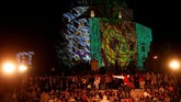Festival cahaya the Zsolnay Light Festival berlokasi salah satunya di masjid bersejarah di kota Pecs.Festival ini berlangsungmulai dari 28 Juni hingga 1 Juli 2018. (REUTERS/Bernadett Szabo)