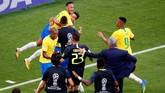 Para pemain Brasil merayakan gol Roberto Firmino yang membuat Selecao meraih kemenangan 2-0 atas Meksiko. (REUTERS/David Gray)