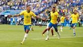 Neymar merayakan gol ke gawang Meksiko. Penyerang timnas Brasil itu merayakan gol keduanya di Piala Dunia 2018. (REUTERS/Carlos Garcia Rawlins)
