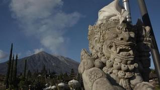 Gunung Agung Kembali Erupsi Semburkan Awan Panas 2,5 Km