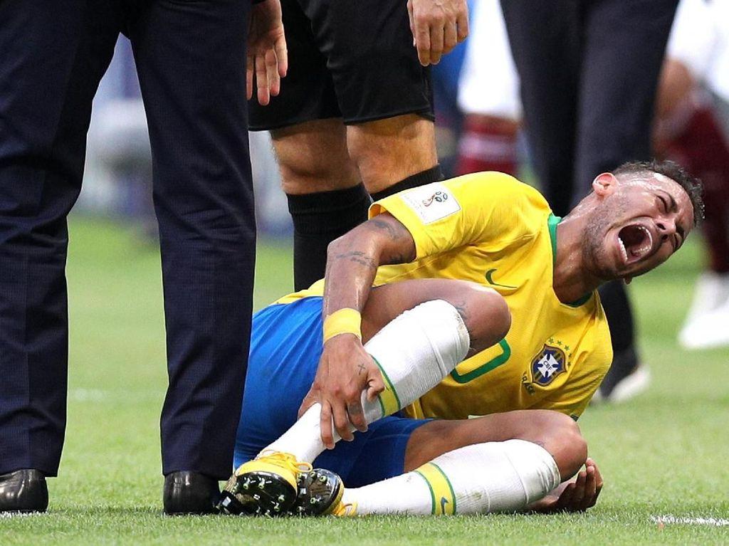 Sering Guling-guling Seperti Neymar, Kenapa Sih Pemain Bola Suka 'Diving'?