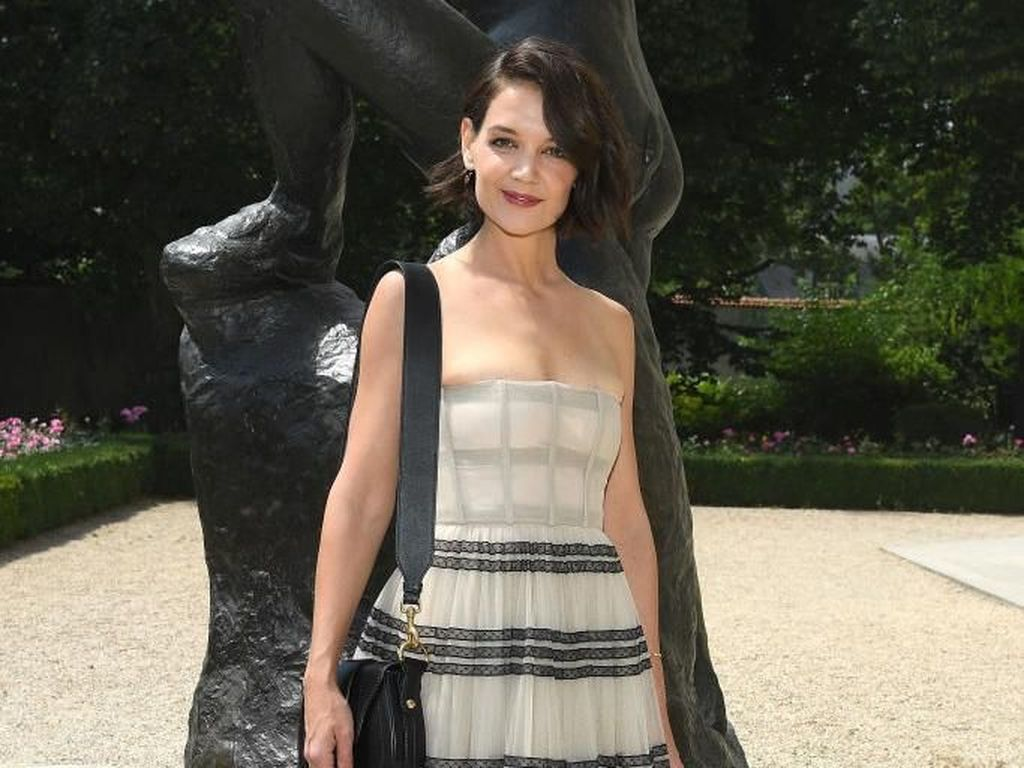 Foto: Katie Holmes Sampai Karlie Kloss Eksis di Show Dior, Siapa Termodis?