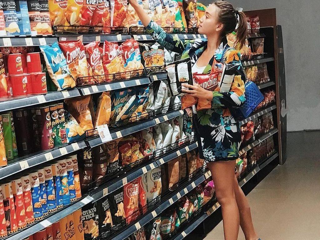 Kalau orang lain pergi ke supermarket untuk berbelanja maka Erica tak melewatkan kesempatan ini untuk berpose. Meski simpel tapi gayanya terlihat seperti model profesional. Foto: Instagram ericaputrii