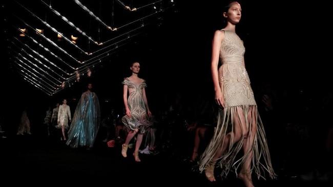 Desainer Iris van Herpen memamerkan koleksi terbaru busana Haute Couture untuk Fall/Winter 2019.REUTERS/Gonzalo Fuentes