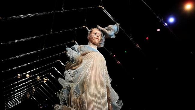 Koleksi desainer asal Belanda ini banyak menampilkan material yang bergelombang dan mengingatkan agan era Victoria. Itu terlihat dari banyaknya detai garis-garis dan gerakan sayap burung.REUTERS/Gonzalo Fuentes