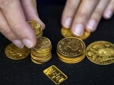 Beda Nasib dengan Perak, Harga Emas Lesu Tak Bergairah