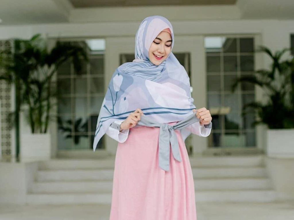 Gaya Hijab Syari Untuk Anak Muda ala Anisa eks Cherrybelle
