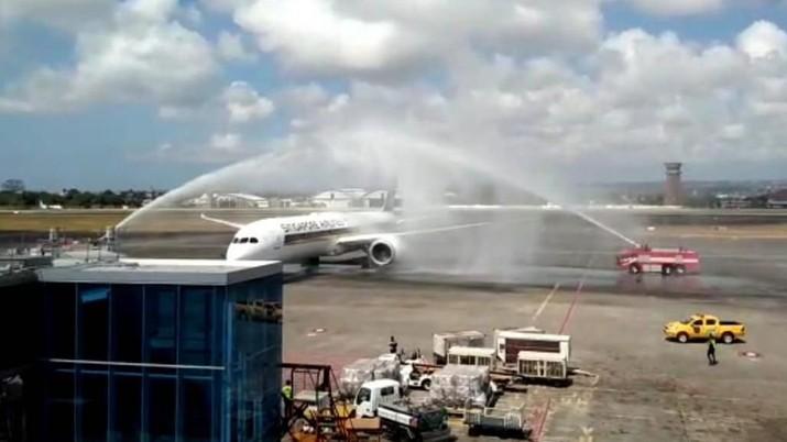 Dreamliner 787-10 mendarat pertama kali di Indonesia.