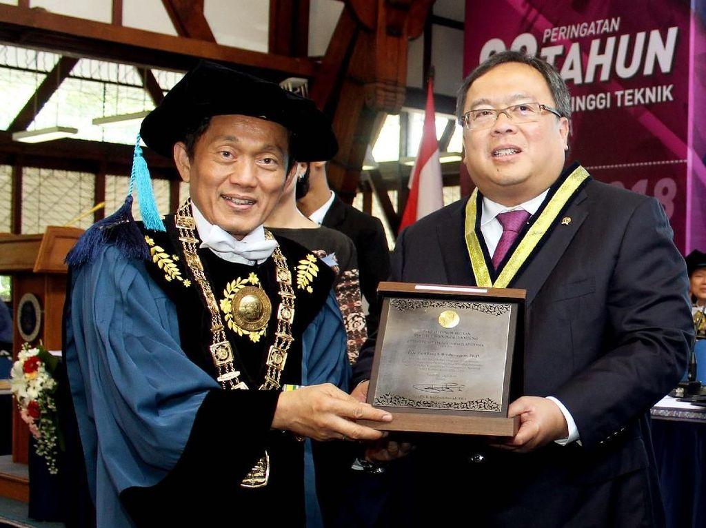 Rektor ITB Prof. Dr. Ir. Kadarsah Suryadi, DEA, memberikan penghargaan kepada Menteri PPN/Kepala Bappenas Bambang Brodjonegoro dalam acara Peringatan 98 Tahun Pendidikan Tinggi Teknik di Indonesia 1920-2018, di Kampus ITB, Bandung, Rabu (04/07/2018). Pool/ITB.