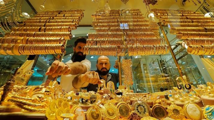 Harga emas global kembali bergerak naik pada siang ini. Kenaikan inipun kembali memutus tren penurunan yang terjadi dalam seminggu terakhir.