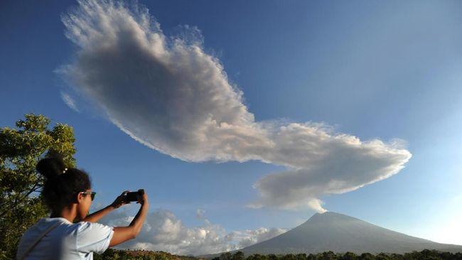 Gunung Agung Erupsi, Kolom Abu Condong ke Arah Timur