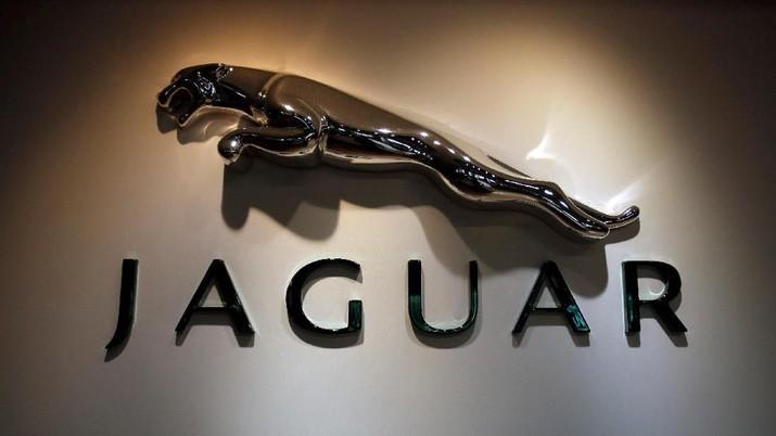 FILE PHOTO: The Jaguar logo is pictured at a Jaguar Land Rover showroom in Mumbai February 13, 2013.  REUTERS/Vivek Prakash/File Photo