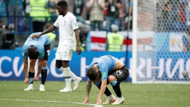 Para pemain Uruguay tertunduk lesu setelah kalah 0-2 dari Prancis di babak perempat final. Hasil ini merupakan yang keduakalisecara beruntun Uruguay gagal melaju ke semifinal Piala Dunia. (REUTERS/Grigory Dukor)